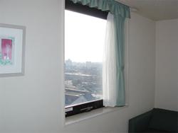 窓からJR松山駅が見渡せます